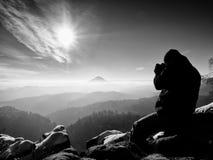 El hombre alto está tomando la foto por la cámara del espejo en cuello Roca Nevado Fotografía de archivo libre de regalías