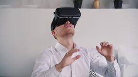 El hombre americano adulto utiliza el dispositivo de la red del entusiasmo de la realidad aumentada almacen de video
