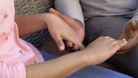 El hombre amplía las palmas a la mujer, perdón después de la pelea, relación de los pares metrajes