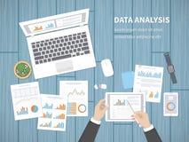 El hombre analiza documentos Contabilidad, analytics, análisis, informe, investigación, concepto del planeamiento Manos en la tab Fotos de archivo