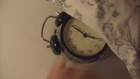 El hombre apaga la alarma en la cama almacen de metraje de vídeo