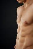 El hombre apto de los jóvenes está mostrando su cuerpo perfecto Imagen de archivo