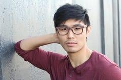 El hombre asiático atractivo con los vidrios se cierra encima del retrato Foto de archivo libre de regalías
