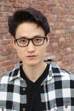 El hombre asiático atractivo con los vidrios se cierra encima del retrato Fotografía de archivo libre de regalías