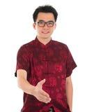 El hombre asiático da un apretón de manos Foto de archivo libre de regalías