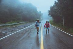 El hombre asiático del amante y las mujeres asiáticas viajan naturaleza Paseo en la ruta del camino naturaleza que viaja feliz En fotografía de archivo libre de regalías