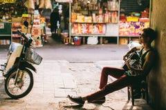 El hombre asiático del artista toca la guitarra Fotografía de archivo libre de regalías