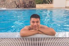 El hombre asiático disfruta de vacaciones en hotel de lujo Foto de archivo libre de regalías
