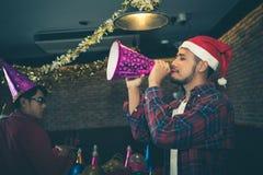 El hombre asiático es diversión y muy borracho en la fiesta de Navidad el concepto de partido de Navidad y el Año Nuevo van de fi fotos de archivo libres de regalías