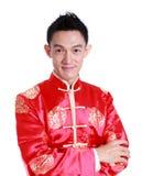 El hombre asiático es sonrisa en día de año nuevo chino, en el fondo blanco Imagen de archivo libre de regalías
