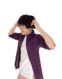 El hombre asiático escucha la música Imagen de archivo