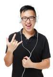 El hombre asiático goza escucha la música Imagenes de archivo