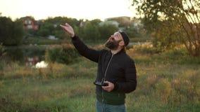 El hombre aterriza abejones en su palma almacen de video