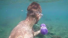 El hombre atlético está entrenando con pesas de gimnasia bajo el agua, los ejercicios de la mano Aptitud subacuática almacen de video