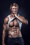 El hombre atlético fuerte muestra el cuerpo y los músculos abdominales Fotos de archivo libres de regalías