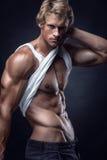 El hombre atlético fuerte muestra el cuerpo y los músculos abdominales Fotografía de archivo
