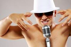 El hombre atractivo canta una canción Imágenes de archivo libres de regalías