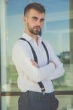 El hombre atractivo con la barba está llevando las ligas Imágenes de archivo libres de regalías