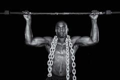 El hombre atractivo fuerte hace un levantamiento Fotografía de archivo libre de regalías