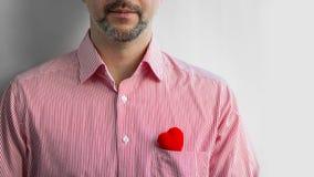 El hombre barbudo en camisa con el corazón rojo en bolsillo, se cierra para arriba fotografía de archivo libre de regalías
