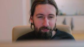El hombre barbudo en oficina saca sus vidrios metrajes