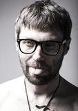 El hombre barbudo en vidrios juega al tonto hombre loco, expresión divertida Fotografía de archivo libre de regalías