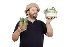 El hombre barbudo es vendedor en floristería Imagen de archivo