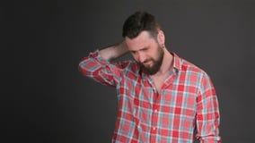 El hombre barbudo expresa la preocupación almacen de metraje de vídeo