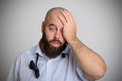 El hombre barbudo joven está cansado después de partido imagen de archivo libre de regalías