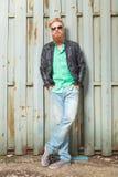 El hombre barbudo joven lleva a cabo las manos en bolsillos Fotografía de archivo libre de regalías