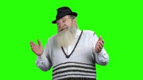 El hombre barbudo mayor está riendo en la pantalla verde metrajes