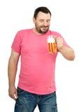 El hombre barbudo se prepone comer una cerveza Imagen de archivo libre de regalías