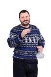 El hombre barbudo sostiene un tiro de la vodka Foto de archivo