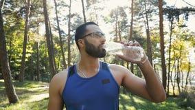 El hombre bebe el agua