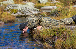 El hombre bebe el agua Imágenes de archivo libres de regalías