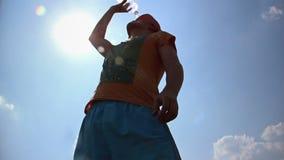 El hombre bebe el agua, calor intenso, agua potable en el sol, insolación almacen de video