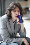 El hombre bebe el agua mineral de una taza Imágenes de archivo libres de regalías