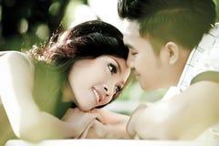 El hombre besará la acción de la demostración de la mujer del amor Imágenes de archivo libres de regalías