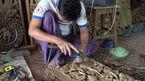 El hombre birmano talla el detalle decorativo de madera, Myanmar - 21 de noviembre de 2017 metrajes