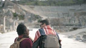 El hombre blanco y el par africano de la mujer visita una ciudad antigua que nombró Ephesus almacen de video
