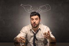 El hombre borracho con alcohol del garabato embotella concepto imagen de archivo