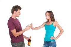 El hombre borracho da el cigarrillo a la muchacha Imagen de archivo libre de regalías