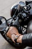 El hombre brutal se sienta en la moto de la aduana del corredor del café Imagen de archivo libre de regalías
