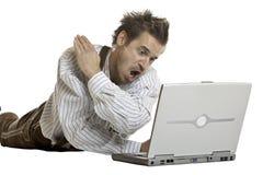 El hombre bávaro está enojado en su computadora portátil Imagenes de archivo