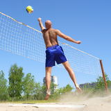 El hombre calvo juega a voleibol imágenes de archivo libres de regalías