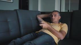 El hombre cambia la TV teledirigida TV de observación almacen de metraje de vídeo