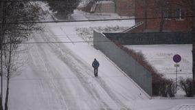 El hombre camina en el camino en nieve almacen de video