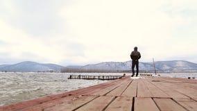 El hombre camina en el embarcadero almacen de video