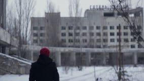 El hombre camina en Pripyat metrajes