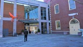 El hombre camina hacia nuevo Bedford Whaling Museum fotos de archivo